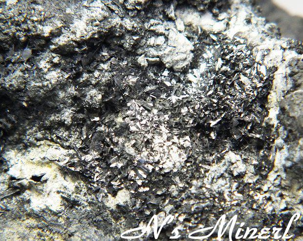カニツァロ鉱/Cannizzarite